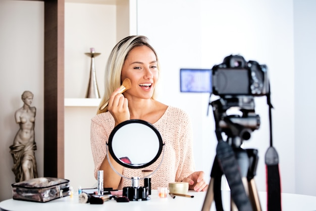 Vlogger de beleza profissional fazendo tutorial de maquiagem de transmissão ao vivo