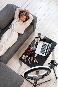 Vlogger de beleza se preparando para um videoblog