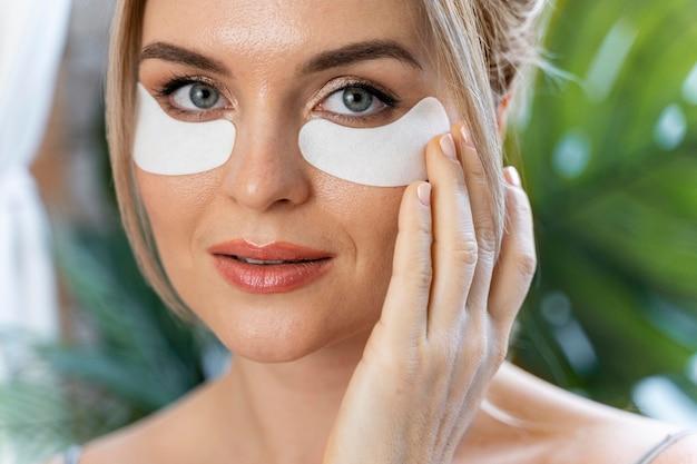 Vlogger de beleza usando máscaras oculares