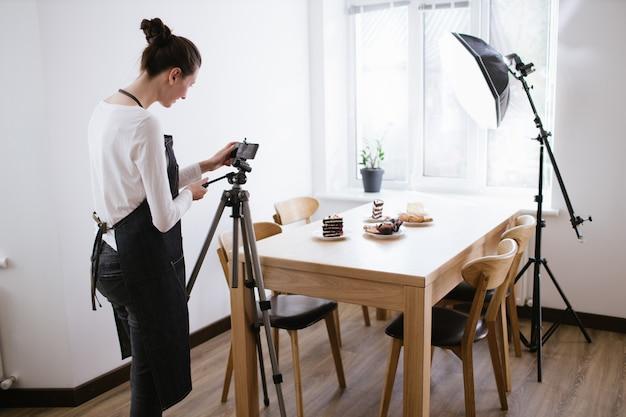 Vlogger de mulher gravando vídeo para canal de comida. cooker shef gravando um vídeo para vlog com um telefone