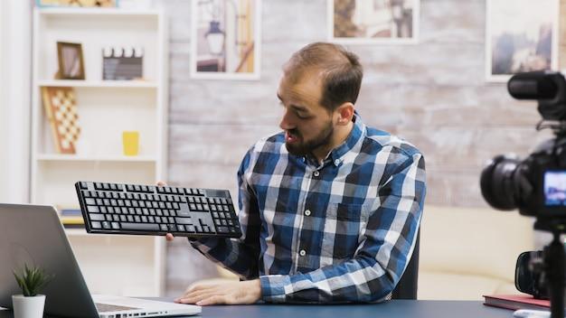 Vlogger famoso filmando análise de teclado para seus seguidores. criador de conteúdo criativo.