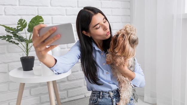 Vlogger feminina em casa com smartphone