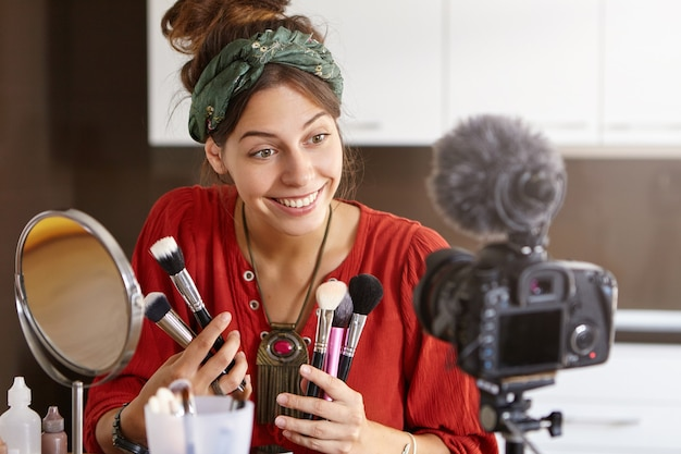 Vlogger feminina filmando vídeo de maquiagem
