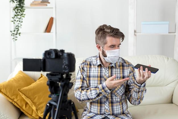 Vlogger gravando vídeo de unboxing em casa