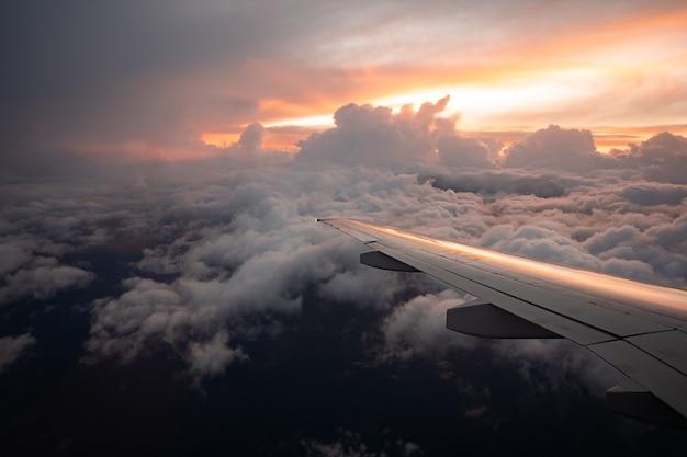 Voando acima das nuvens, vista do avião com foco suave