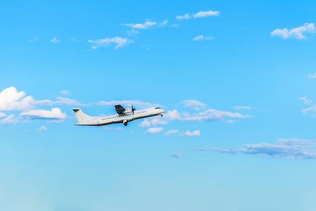 Voando avião no céu azul