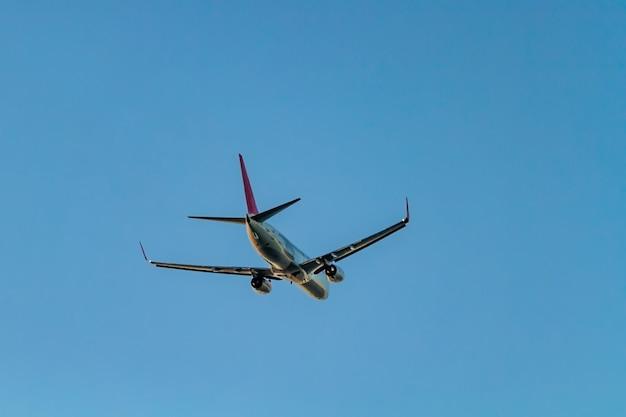 Voando de avião de passageiros no céu azul surfce