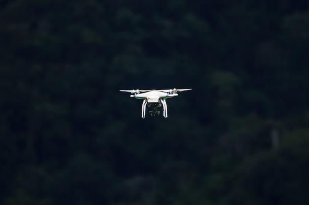 Voando drone com câmera no céu