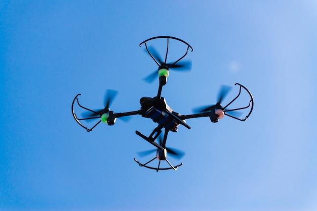 Voando drone ou helicóptero quad no céu azul