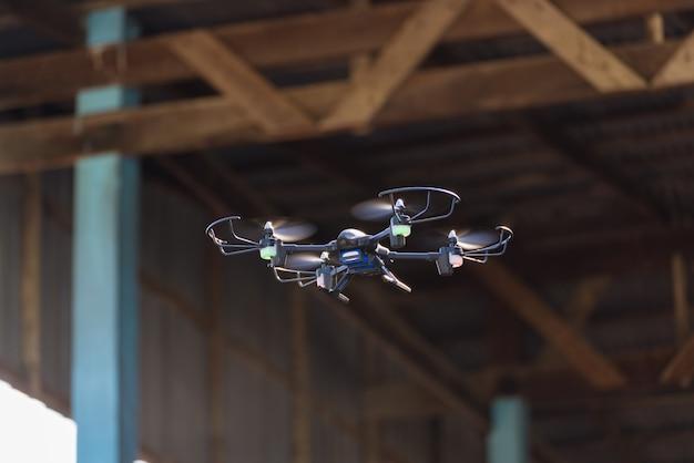 Voando drone ou quad helicóptero no ar.