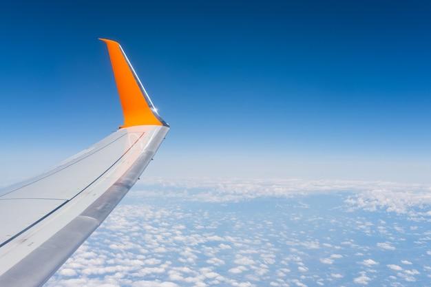 Voando e viajando asa de um avião voando acima das nuvens bela vista da janela do avião Foto Premium