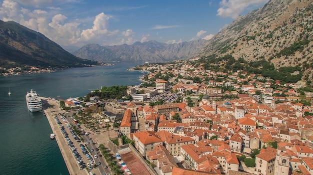 Voando sobre kotor em montenegro