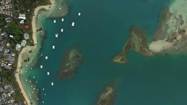 Voando sobre o oceano azul e a costa da ilha maurícia