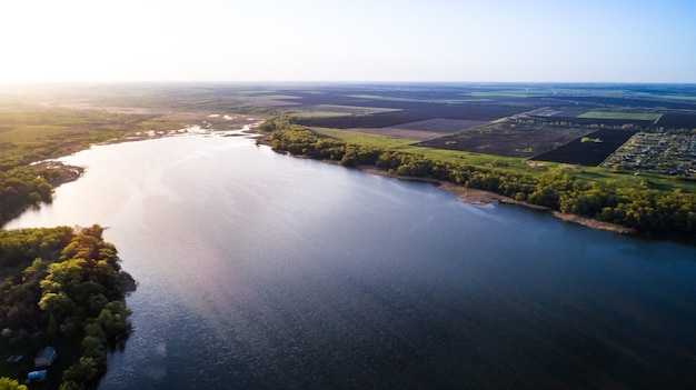 Voando sobre o rio lindo de primavera. tiro da câmera aérea. ucrânia.