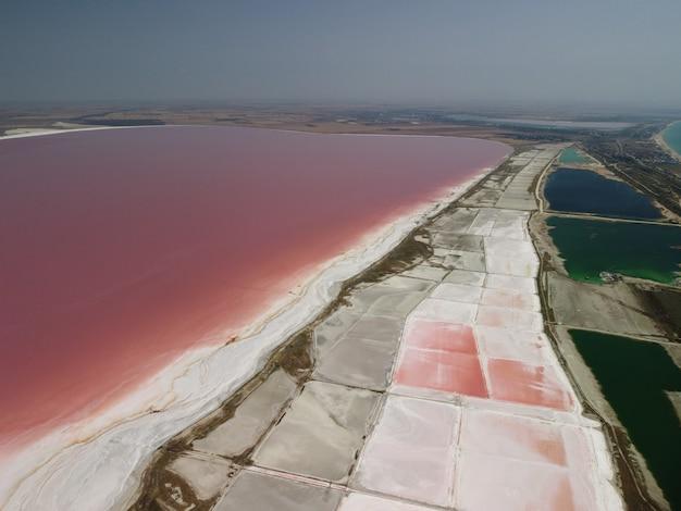 Voando sobre um lago de sal rosa instalações de produção de sal campos de lago de evaporação salina no salgado