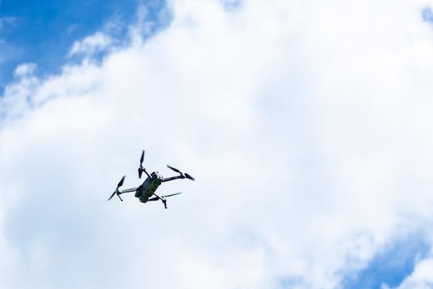 Voando vídeo drone no céu azul
