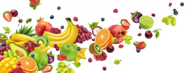 Voar de frutas e bagas isoladas no branco
