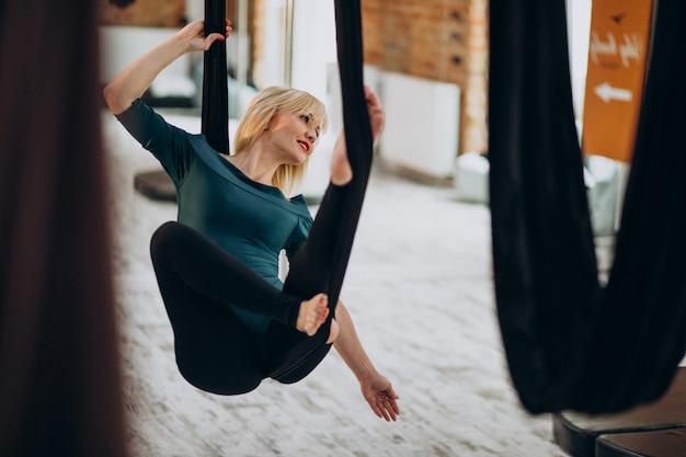 Voar instrutor feminino de ioga na academia