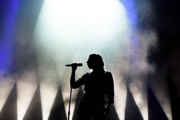 Vocalista cantando para microfone