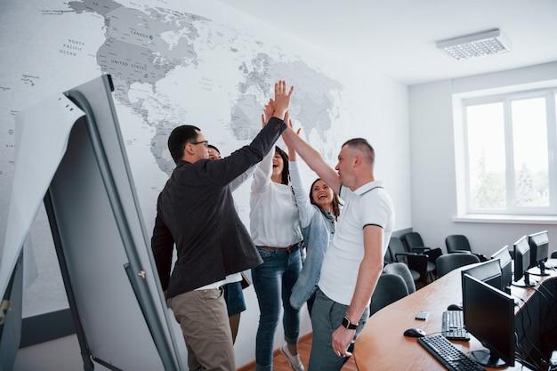 Você é demais, parabéns. empresários e gerente trabalhando em seu novo projeto em sala de aula