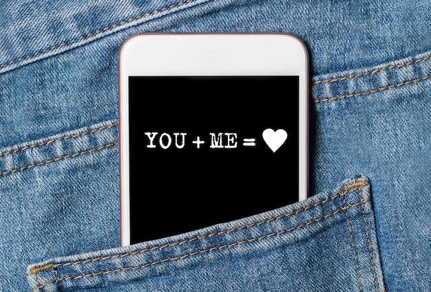 Você e eu no telefone em jeans