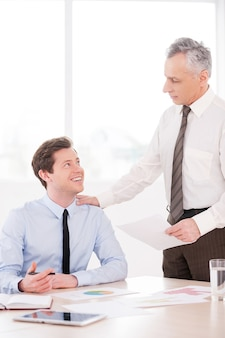 Você é meu melhor trabalhador! dois homens de negócios confiantes discutindo algo e sorrindo