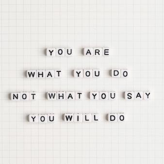 Você é o que você faz não o que você diz que vai fazer missangas mensagem tipografia