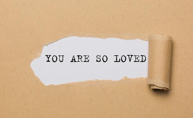 Você é tão amado no conceito de amor e dia dos namorados com papel rasgado