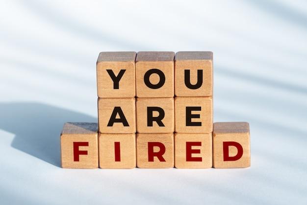 Você está demitido frase em dadinhos de madeira. conceito de desemprego