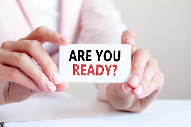 Você está pronto está escrito em um cartão branco nas mãos de uma mulher.