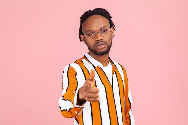 Você está pronto? homem africano confiante apontando o dedo para você, fazendo escolhas, esperando por você