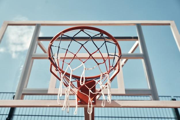 Você esta pronto para jogar? tiro da cesta de basquete com o céu ao fundo ao ar livre