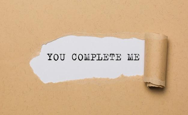 Você me completa em papel rasgado, amor e conceito de dia dos namorados.
