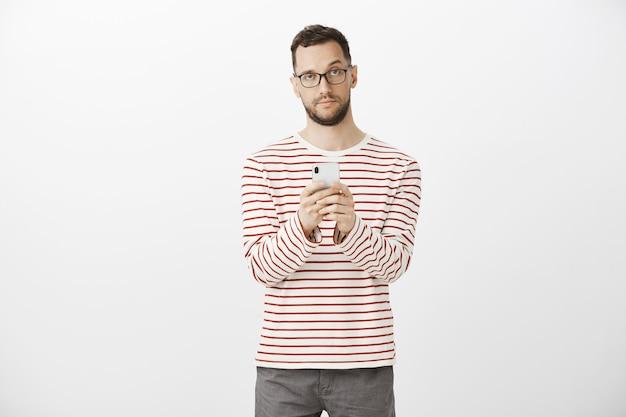 Você parecia muito melhor em seu avatar. homem fofo indiferente impressionado de óculos
