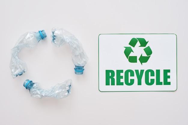 Você pode limpar o símbolo de reciclagem isolado do mundo e amassar garrafas de plástico