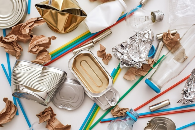 Você pode tornar este mundo melhor. círculo de lixo. diferentes tipos de lixo não classificado pelo chão. plástico, latas, lixo de papel se misturam