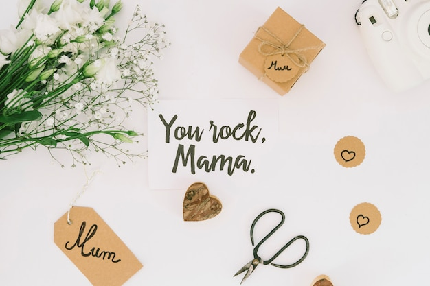 Você rock mama inscrição com flores e caixa de presente