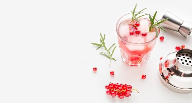 Vodka de cranberry de alto ângulo e shaker com cópia-espaço
