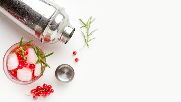 Vodka de cranberry de vista superior e shaker com cópia-espaço