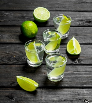 Vodka e fatias de limão fresco em um copo.