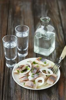 Vodka e petisco tradicional em parede de madeira