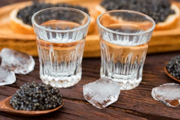 Vodka e sanduíches com caviar de esturjão preto