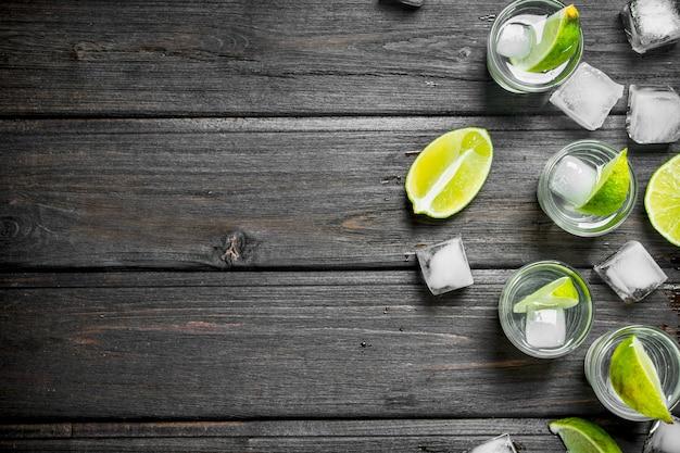 Vodka em um copo de limão e gelo.