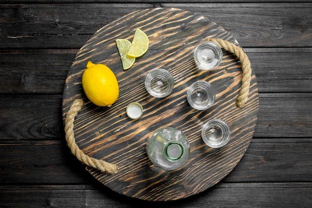 Vodka em uma bandeja com limão.