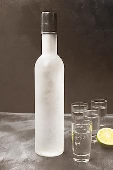Vodka fria em copos de shot em um espaço preto. toned