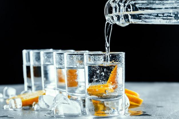 Vodka gelada em copos de shot