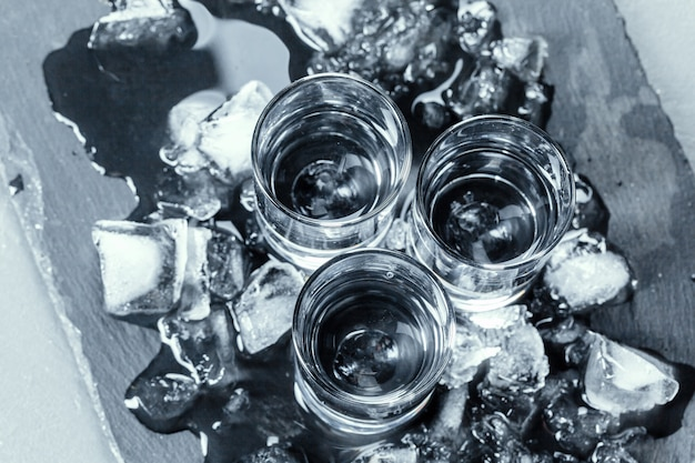 Vodka gelada em copos de shot.