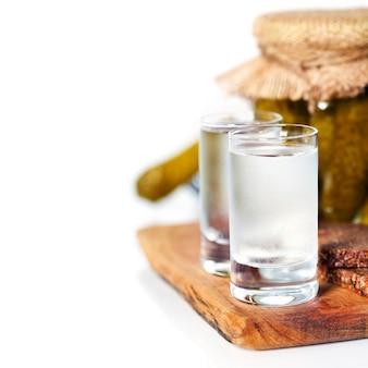 Vodka russa com pão preto tradicional e picles