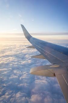 Voe aviões de passageiros, céu azul e nuvens. conceito de viagens.