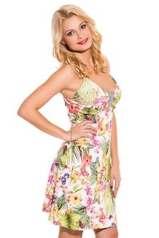 Voga. loira linda no vestido bonito
